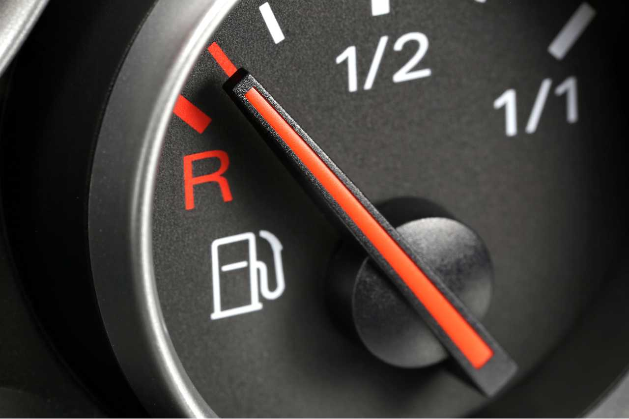 Benzina alle stelle, in arrivo lo stop (foto Adobestock)