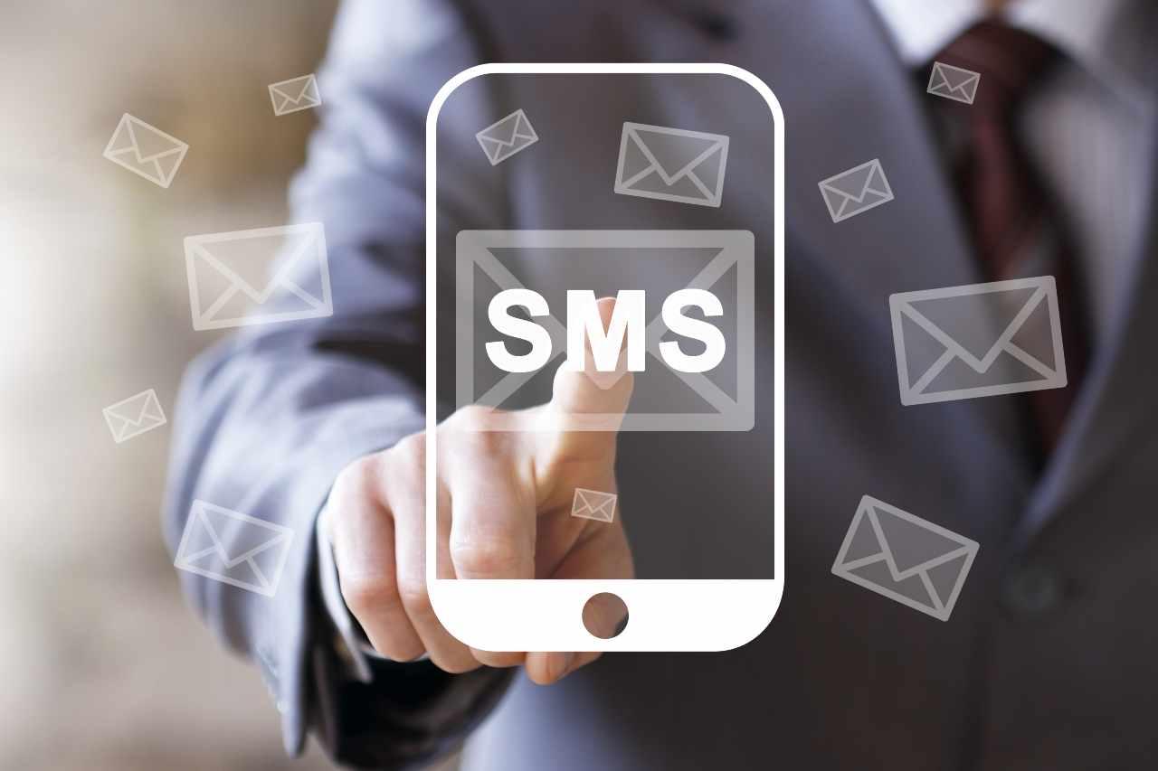 Attenzione agli SMS truffa e alle false email bancarie (foto Adobestock)