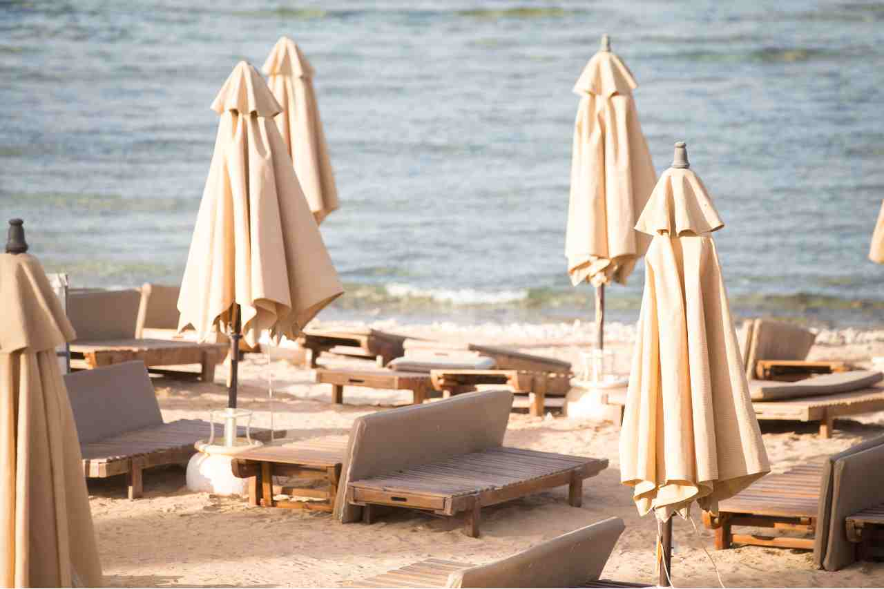 Estate 2021: i prezzi di ombrelloni e lettini in Italia (foto Adobestock)