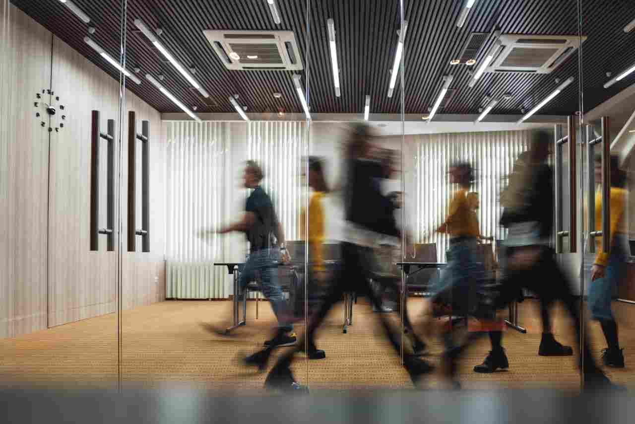 I lavoratori chiedono un aumento di stipendio per tornare in ufficio (foto Adobestock)