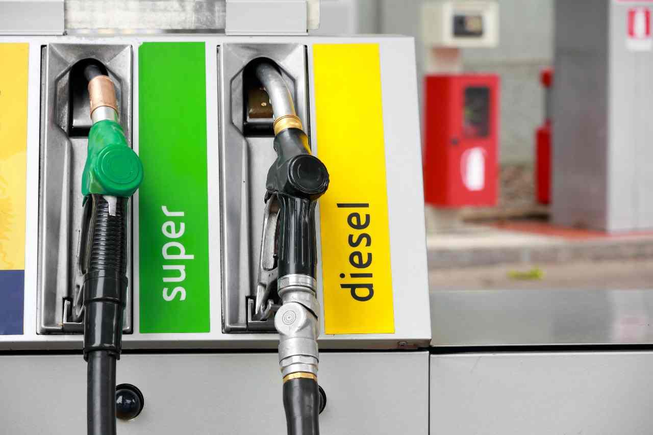 L'Europa ha deciso: stop alle auto a benzina e diesel (foto Adobestock)