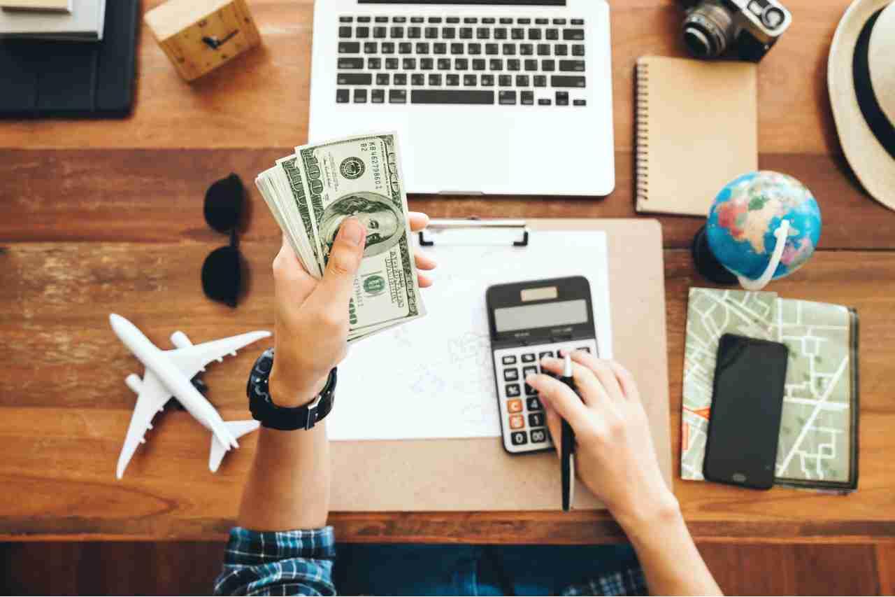 contanti in vacanza (Foto Adobestock)