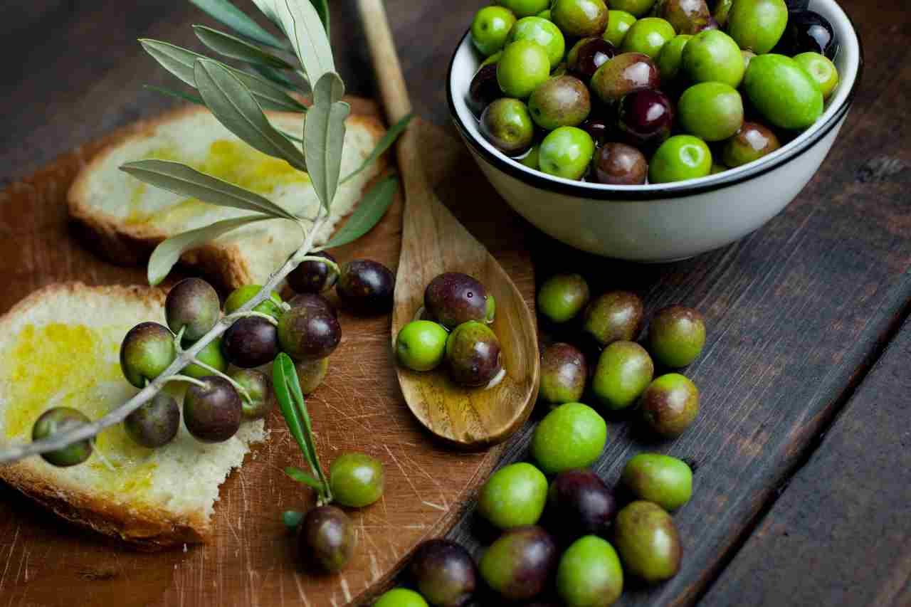 Olio extravergine di oliva (foto Adobestock)