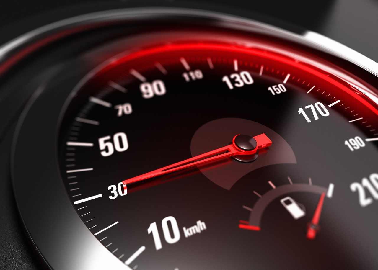 Limite a 30 km/h in città (foto Adobestock)